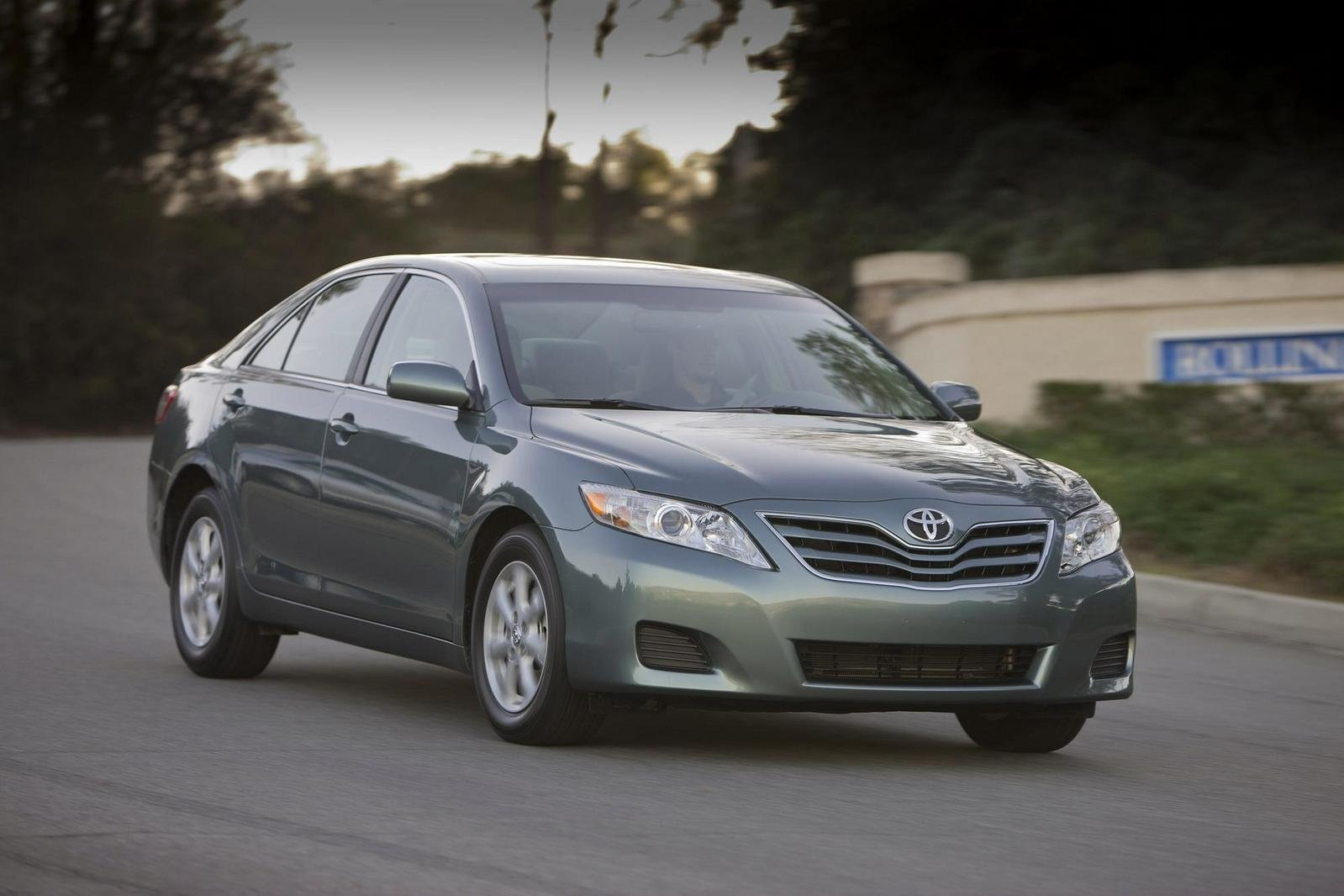 2010 toyota camry le review